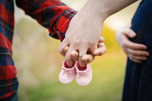 pregnancy announcements to family in person